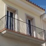 Balcón construido con barrotes entorchados en la zona media          En este modelo de barandilla, ademas es de diseño pecho de paloma