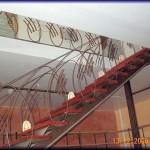Barandilla diseño espacial construcción en hierro redondo de doce milímetros      El pasa manos es de pletinas de media caña y acabado como hierro envejecido