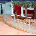 Barandilla protección rampa de acceso para sillas de ruedas minusválidos       Construcción realizada en tubo liso y acabado pintura tipo zincado