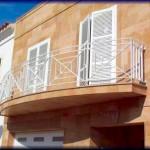 Balcón construido en modulos aluminio pintado de barras lizas                  Modelo de barandilla de estilo modernista y lines rectas              La barandilla esta adaptada a la obra siguiendo la forma del balcón