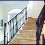 Barandillas de escaleras construida con barrotes forjados pintados            En este modelo de barandilla, se ha conformado una embocadura al inicio