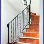 Barandillas construidas con dos tipos de barras verticales combinadas          con dos barrotes en culebrines y dos lisas, combinación de estilo clásico
