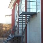 Escalera de emergencias adosada al exterior de la obra       construida en hierro con escalones de chapas con molduras antidetonantes      Acabado en pintado o zincado. Fijación con anclas de obra o tornillos de alta resistencia
