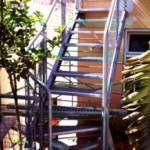 """Escaleras de patio construcción el hierro """" TT """" y peldaños de chapas             anti deslizantes, la barandilla es de tubos y paneles de rejillas"""