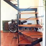 Escalera construida en tubos de hierro rectangular con descansos           Montaje de soportes para escalones de madera elevados barandillas de pletinas