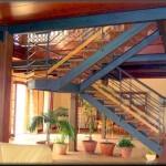 """Escalera interior  para salón o vestidor barandillas de tubo lineal a la escalera         Construcción en bigas doble """" T """" y pasamanos de tubos de hiero pintada de negro"""