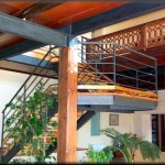 """Escaleras interiores construidas con bogas de hierro doble """" T """" en dos tramos con rellano  Acabado pintado en negro mate las barandillas de hierro y pasamanos de tubo redondo"""